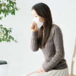 冷たい空気を吸うと咳が止まらない!大人になってから喘息になるのか?